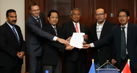 The PSSI, ISL and KPSI representatives handing over the signed MoU to FIFA ExCo member Dato' Worawi Makudi (3L) and FIFA Director of MAs Thierry Regenass (2L) as AFC General Secretary Dato' Alex Soosay (extreme left) looks on.